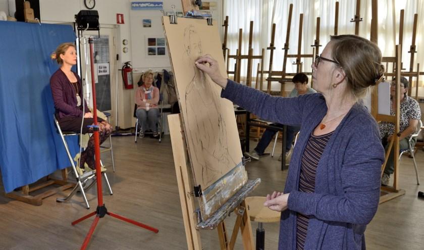 Wethouder Marloes Borsboom zat twee uur lang model voor de verschillende kunstenaars. Foto: Tino van Dam