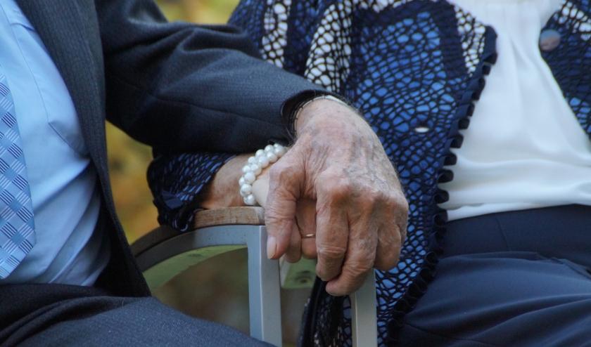 De familie Vervoorn heeft contact gezocht met de redactie omdat hun 84-jarig moeder corona heeft. Ze willen mensen waarschuwen: 'Neem dit serieus!'