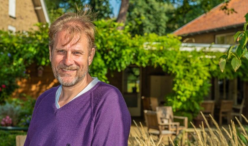 Vrijwilliger Anco Wientjes in de prachtige tuin van het Warande Leendert Meeshuis. FOTO: Hans Lebbe