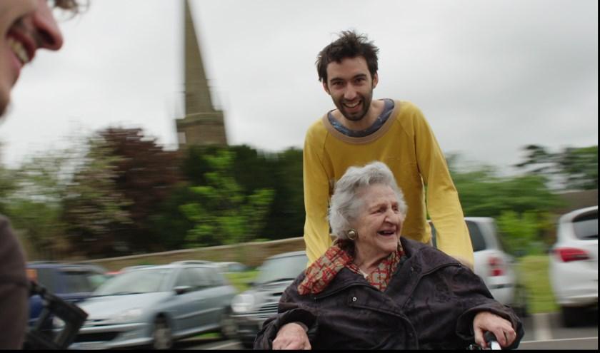 Een still uit Granny Project. Een even verrassende als frisse film over drie vrienden en hun zeer verschillende grootmoeders.