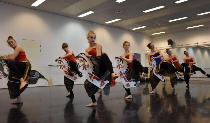 De dansgroep Madaloka in actie. Wie wil Indonesisch wil leren dansen kan daarvoor gratis terecht bij CultuurSpoor Best.