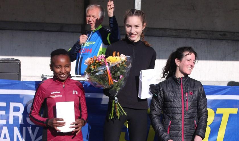 Podium 5 km: 1. Lotte van der Pol, 2 Christine Venhuizen en 3 Kim Fairley