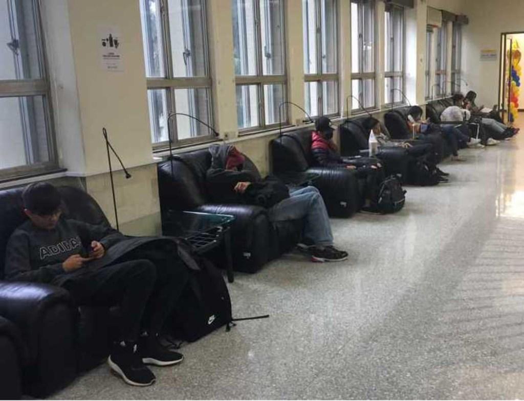 """Rick: """"Taiwanese studenten slapen regelmatig in de les. En studenten slapen verder in de bibliotheek.""""  © DPG Media"""