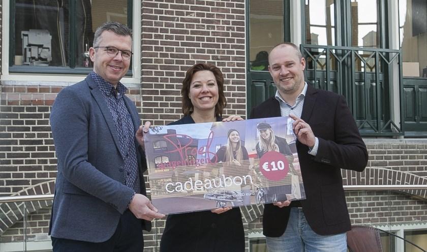 Robert Frijlink en Ilonne Bongers overhandigden de eerste Proef Wageningen cadeaubon aan wethouder Dennis Gudden. (foto: Johan Mulder)