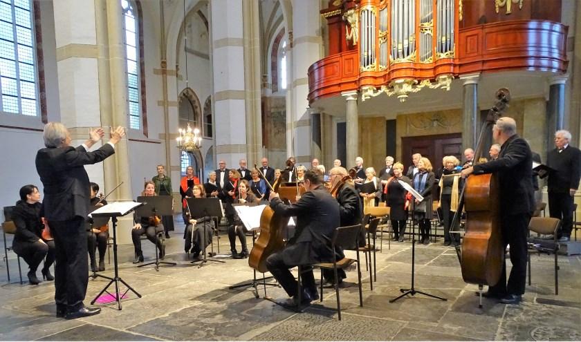 Het koor gaf afgelopen zondag een concert om het 55-jarig jubileum te vieren. Ook dirigent Jan Opschoor had iets te vieren. Hij is dit jaar 50 jaar dirigent. Foto: Peter van Korlaar