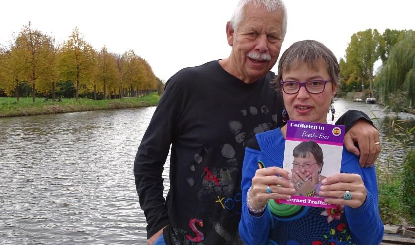 Gerard Feller met zijn dochter Karin met het nieuwe boekje  'Perikelen in Puerto Rico'. Zij staat zelf lachend op de cover. (Foto: Margreet Nagtegaal)