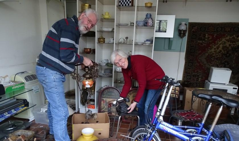 Sam en Jannie van der Klis hebben wel weer zin in bedrijvigheid in hun leegstaande winkelpand. De opbrengst is voor een opvanghuis voor meisjes in Oeganda. (Foto: Margreet Nagtegaal)