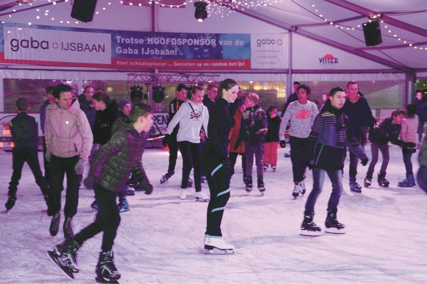 De jeugd geniet op de Gaba-ijsbaan in het centrum van Duiven (archieffoto).