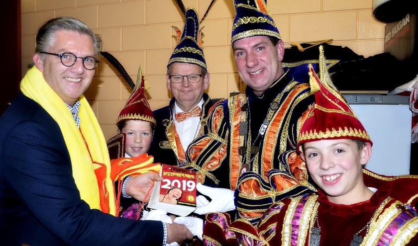 De nieuwe Stadsprins Frank van Embden neemt de Bescheurkalender van de Vrienden van Boemelburcht in ontvangst. (foto Ab Hendriks)