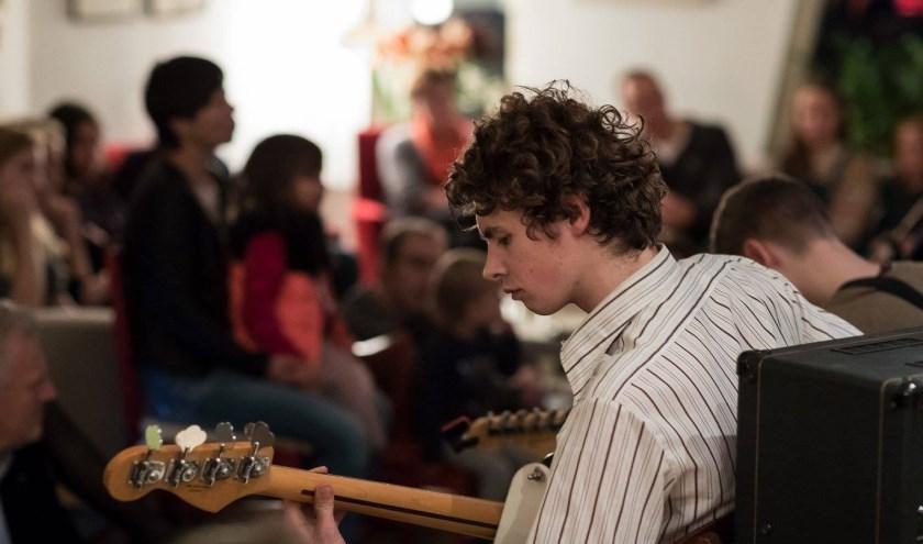 Uniek aan Muziek bij de Buren is dat de optredens plaatsvinden in huiskamers verspreid door de hele stad.