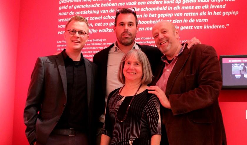 Niels de Zwarte van het museum, Marien Brand en Ronald van Rossum van de Vroman Foundation en Geri Griffin, dochter van Leo Vroman.