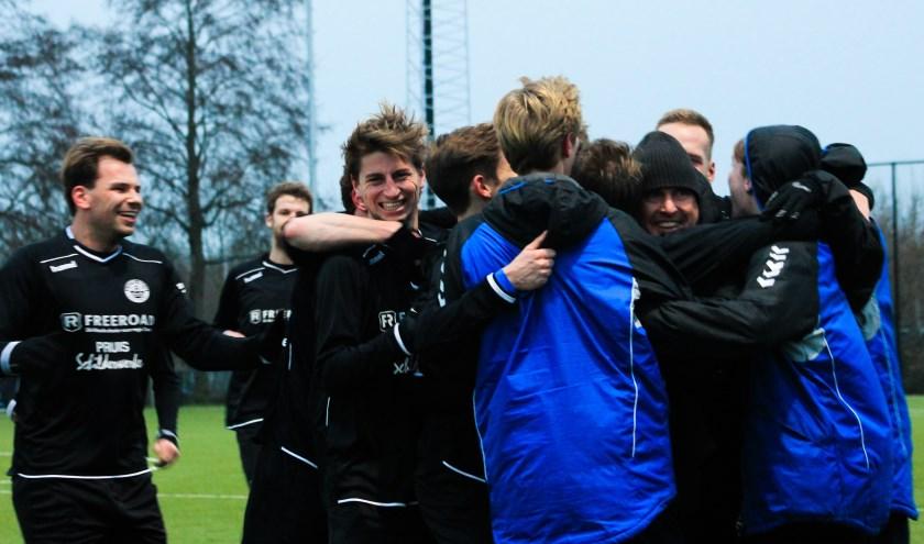 De wedstrijd ZAC tegen Hatto-Heim eindigde in 1-2. De terechte overwinning werd uitgebreid gevierd. Foto: Gradus Dijkman