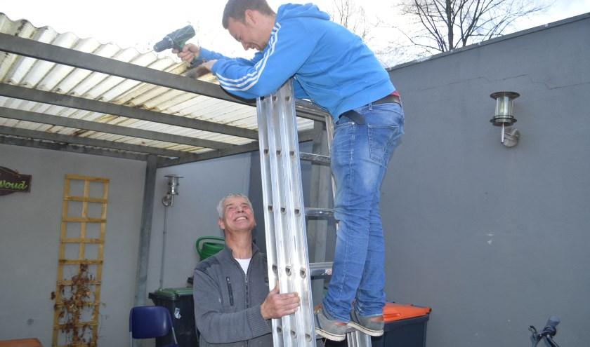 Er wordt een geschikt klusmaatje gezocht. Zo werkt Lars (25) vaak samen met de doorgewinterde Charles (62). foto: Hans Peters