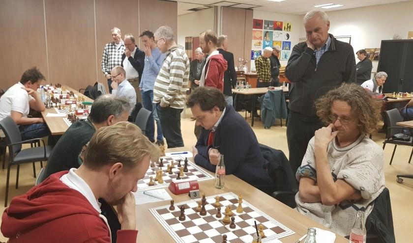 Erwin Oorebeek (r) heeft de remise bijna binnen en zorgt daarmee voor de 5½-4½ overwinning van de Wageningse schakers.