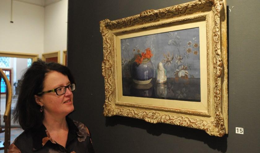 Monica Hoff bewondert de 'Gemberpot met boeddhabeeldje' van Jan Voerman senior. (foto: Voerman Museum Hattem.)