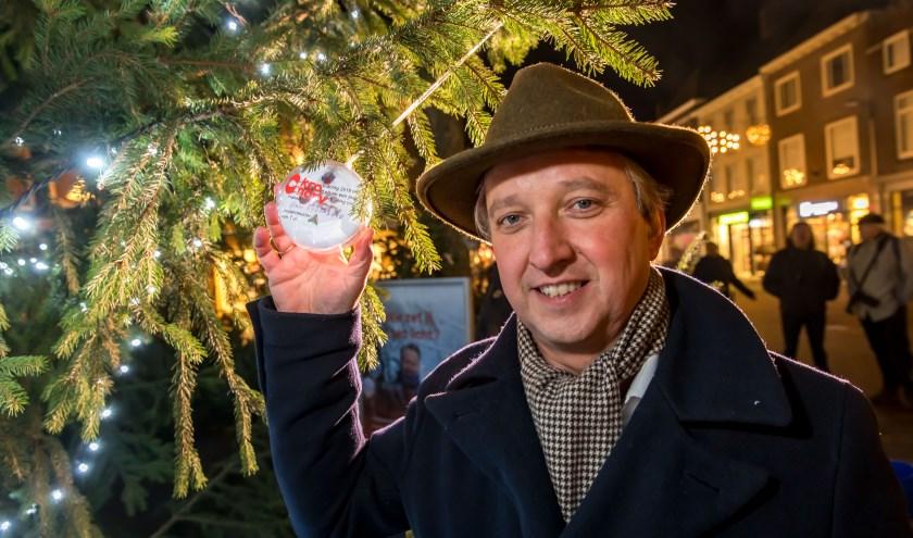 Burgemeester Beenakker hier met zijn wens bij de Tielse Jorisboom aan de Tielse Groenmarkt, ook met de Joris-kerstboom kwam Tiel landelijk op TV tijdens de kerstuitzending van Joris Linssen