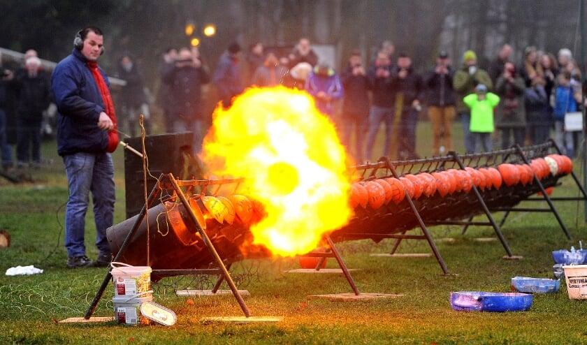 <p>De heer Agelink tijdens het carbid schieten. Foto: Archief - Roel Kleinpenning</p>