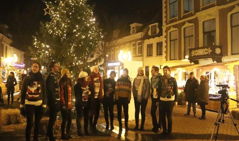 Het koor zong tijdens de ontsteking van de lampjes van Joris Kerstboom