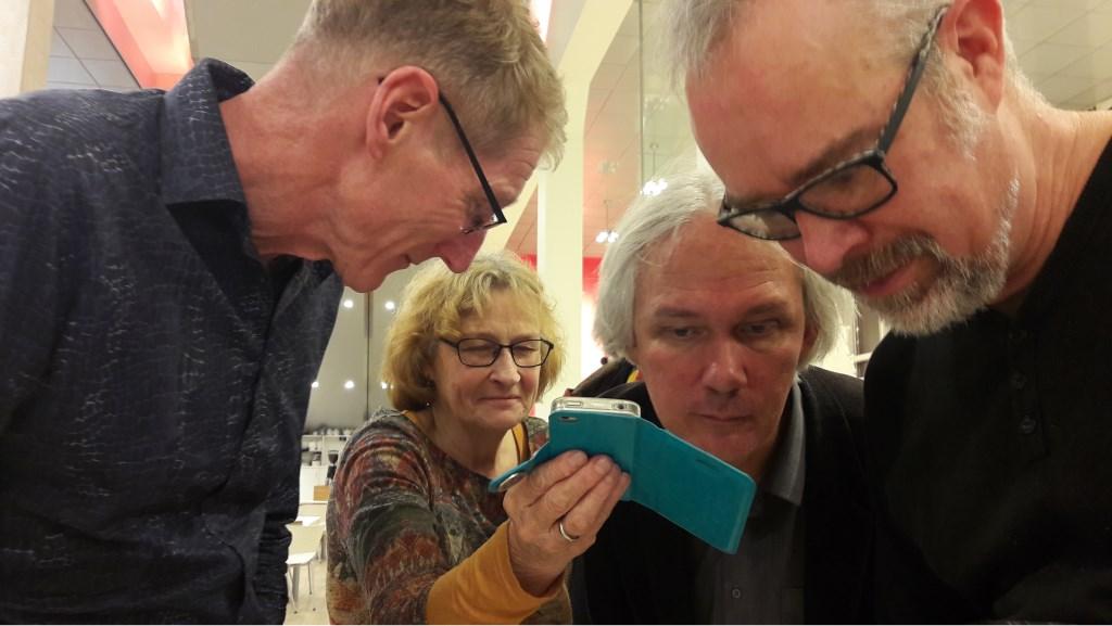 Zus Annelien Budding had nog een gesprokenboodschap voor de organiserende vrienden. Tweede van rechts Henk Johannes van den Heuvel. Foto:  © DPG Media
