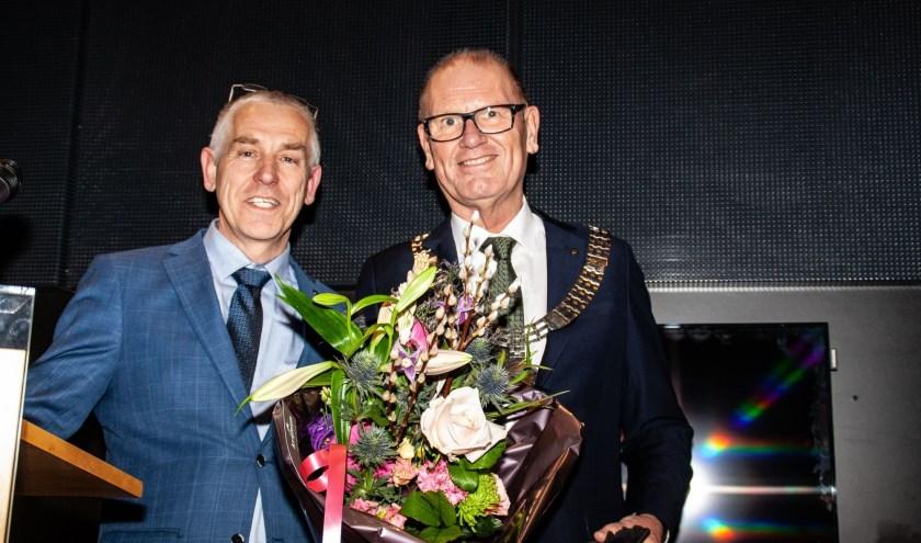 Burgemeester Wim Groeneweg (rechts) en Marcel Verweij na de overhandiging van de laatste Viaanse Noot. Foto: Jacques Stam.