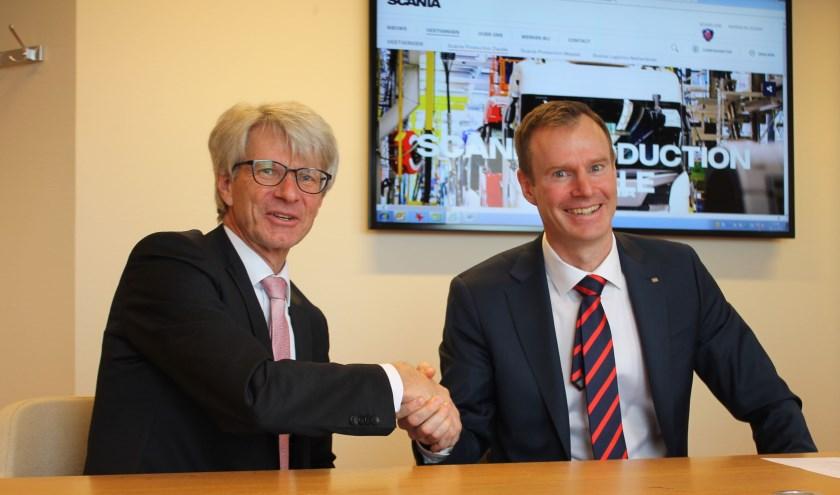 Rob Dillmann, voorzitter van de Raad van Bestuur van Isala (links),  en Johan Uhlin, managing director van Scania, tekenden de intentieverklaring voor de samenwerking.