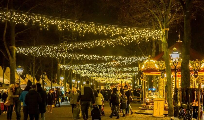 <p>100.000 twinkelende LED-lichtjes in de bomen op het Lange Voorhout vormen tijdens de kerstmarkt als het ware een verlichte hemel. </p>