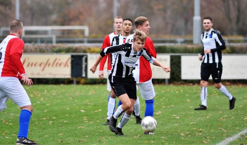 Opnieuw verschalkte CHRC-er Floran Rothuis (in zwart-wit tenue), de achterhoede van ONA' 53 en tekende even later voor de 0-2.