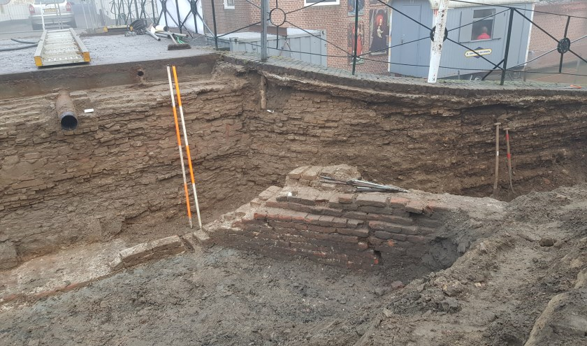 Door de vondsten van verschillende middeleeuwse fundamenten is er opnieuw een stuk Oudewaterse geschiedenis aan het licht gekomen.Een deel van de oude stadswal is hier goed te zien. (Foto: Caio Haars)