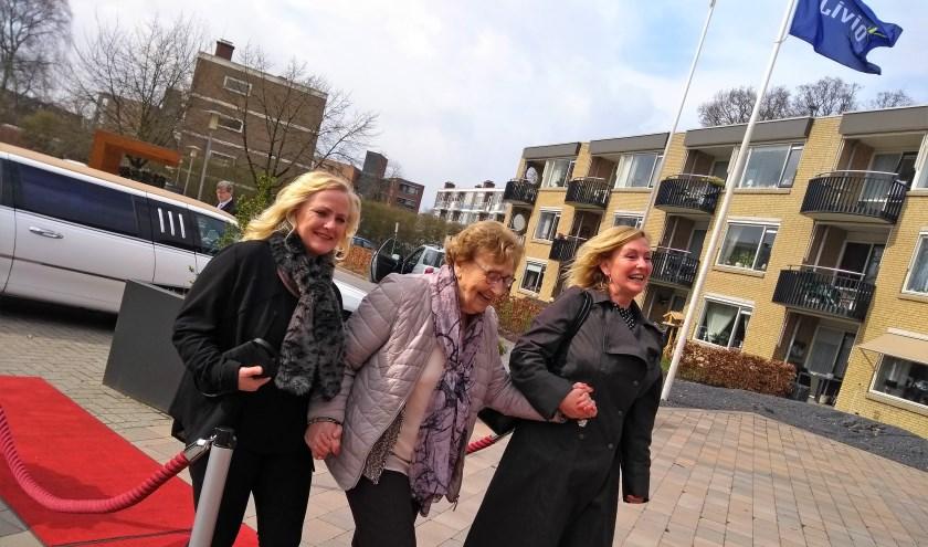 Anja Welhuis (medewerker), mevrouw Keuters (cliënt) en Desiree Buitink (mantelzorger, vlnr) in Hollywoodsferen. Foto: Livio