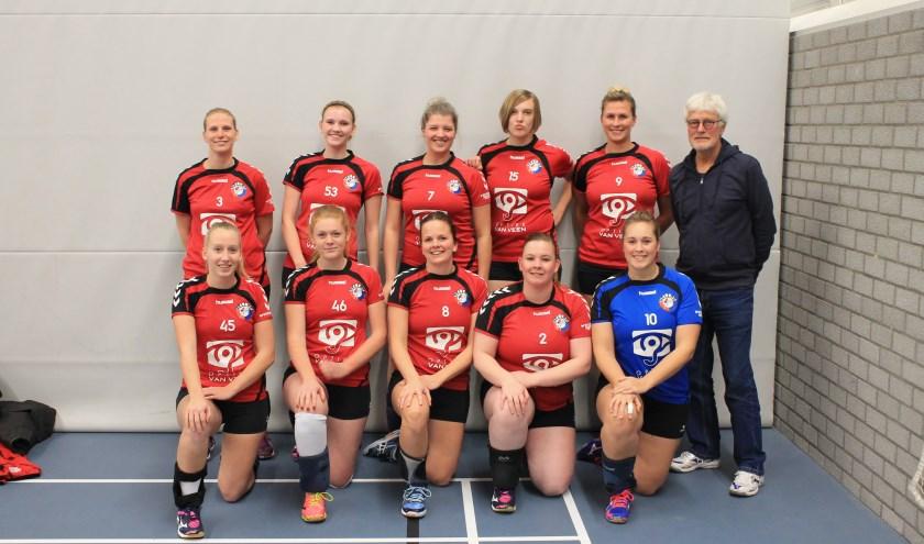 De volleybalsters van Hellas uit Nunspeet zijn dicht bij promotie naar de promotieklasse. Nog twee sets winnen en Hellas kan het kampioenschap van de eerste klasse vieren. Foto: Marinka Niebeek.