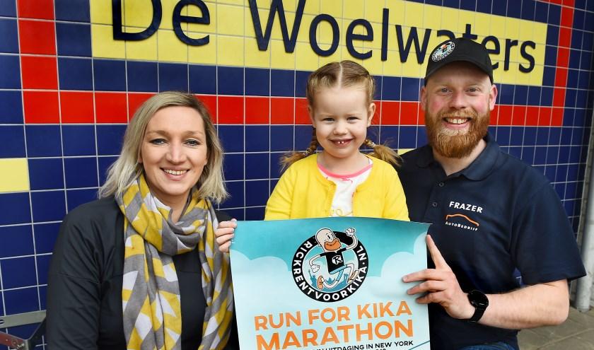 Vlnr: Willeke van der Burg (directeur OBS de Woelwaters), Saar en Rick Kleinhesselink. (foto: Roel Kleinpenning)