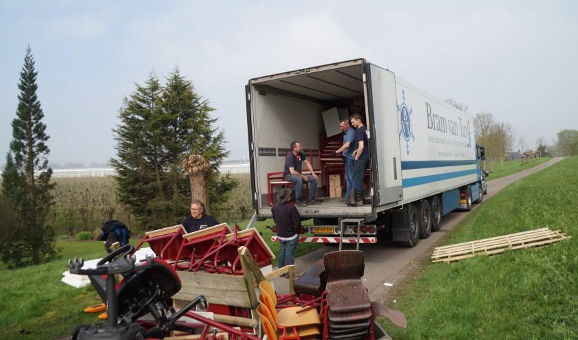 Dinsdag zijn twee vrachtwagens vol spullen vertrokken naar Moldavië. Stichting Movu Moldova uit Brakel organiseerde dittransport.