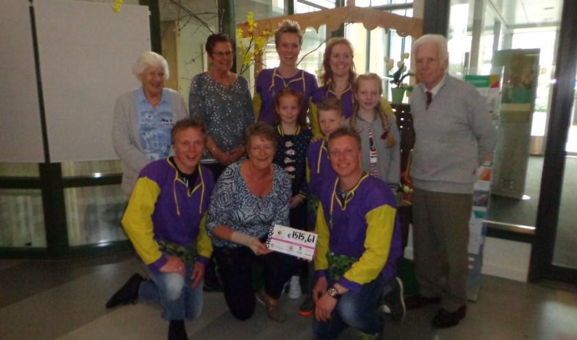 Op de foto van links naar rechts Ali Binken, Marijke Grootendorst, Loes, Gwen, Joop Binken, Isa, Chris, Emma, Pauw, Anja Been, Kanarie. FOTO: Loïs