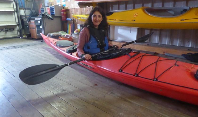 Claudia Olibet in een kano op het droge. Het kanoseizoen was nog net niet begonnen toen deze foto werd gemaakt. (foto: Marnix ten Brinke)