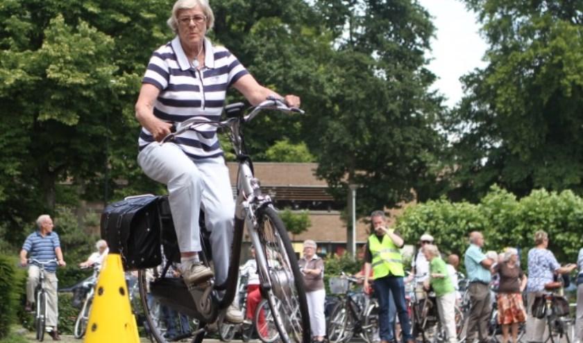 Tijdens de Fietsinformatiedag in Apeldoorn krijgen senioren gevarieerde informatie over veilig blijven fietsen. Ook een oefenparcours met de eigen fiets hoort daarbij. (foto Fietsersbond)