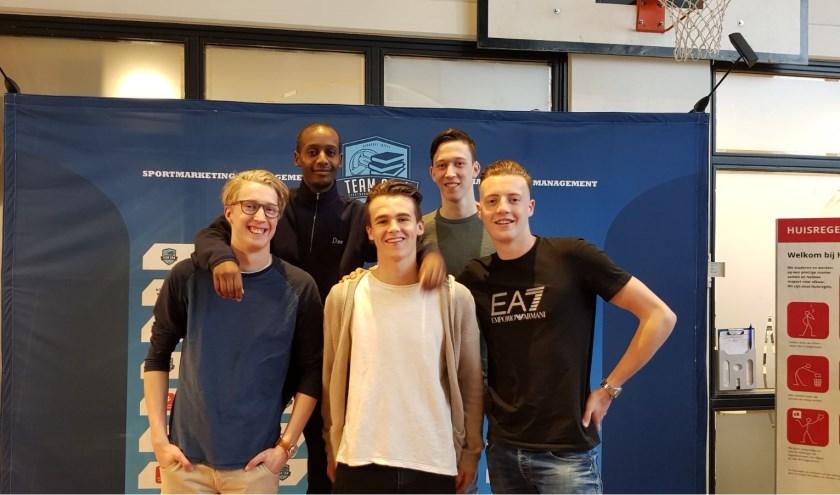 De vijf enthousiaste studenten met vlnr Joram, Abdi, Hidde, Ruben en Tristan (Foto: maatschappelijk sportinitiatief).