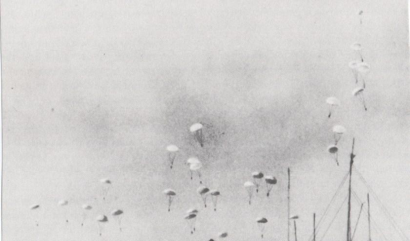 Duitse parachutisten bij vliegveld Ypenburg.
