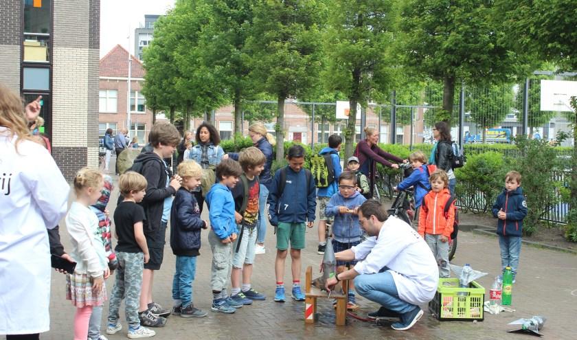 Met 'waterraketten' die tientallen meters de lucht in werden geschoten, hebben kinderen in Delfshaven een alternatief voor de traditionele buitenschoolse opvang gelanceerd: eisvrij!