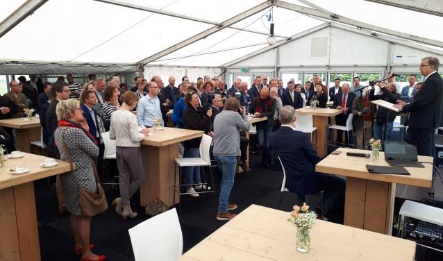 Jean Luc-Beguin, hoofdingenieur-directeur Rijkswaterstaat Grote Projecten en Onderhoud spreekt de gasten toe.   © DPG Media