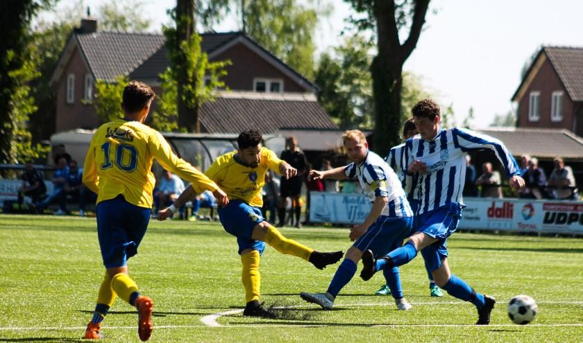 Een foto uit de wedstrijd Vevo - Hattem. Dit is de actie van Hajk Talaljan? waaruit de 0-1 ontstond. Foto: Gradus Dijkman