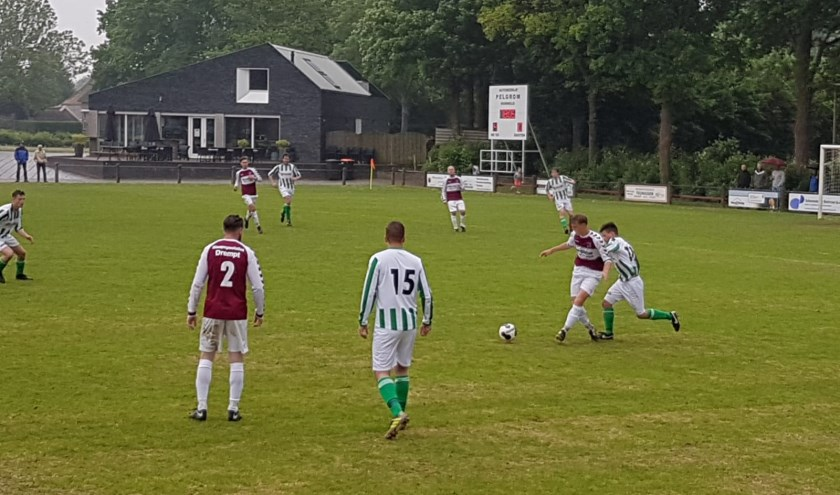 Dirk Spanjer aan de bal in de wedstrijd tegen Zeddam-Sint Joris