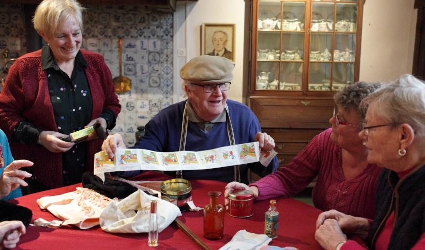 Het samen delen van verhalen over vroeger en het uitwisselen van dierbare 'souvenirs' met leeftijdgenoten geeft positieve energie. FOTO: PR