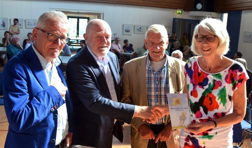 Van links naar rechts: Len Munnik, wethouder Hans Versluijs, Jan Anderson en Ada Pellaerts (Fair Trade) bij de uitreiking van het 1e boekje getiteld 'Eerlijk duurt het langst.'