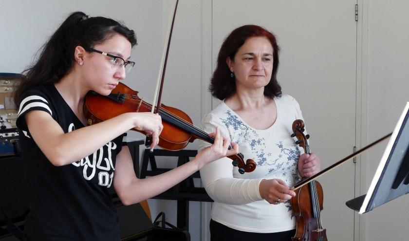 Anna Martisorian,14 jaar is heel gelukkig met de extra vioollessen bij docente Katerina Taruchaladze. In maart trad zij nog op tijdens Deventer TalentXL in de Deventer Schouwburg. (foto Auke Pluim)