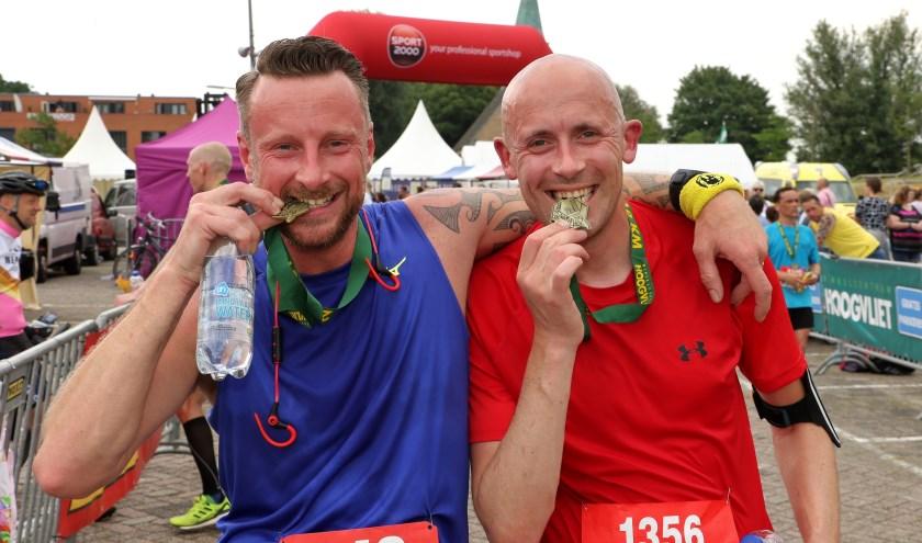 Ook Marcel Dröge (links) en Leon Lengkeek zijn blij met hun medaille bij de Halve van Hoogvliet. Foto: Jeroen Tibbe
