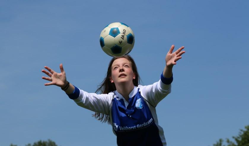Voetbalvereniging PAX heeft ongeveer 200 actieve vrijwilligers. Femke organiseert samen met een aantal daarvan het feest voor het 90-jarig bestaan. (foto: Feikje Breimer)