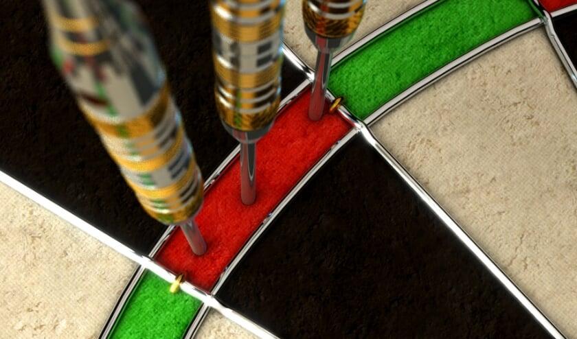 dartbord met pijlen
