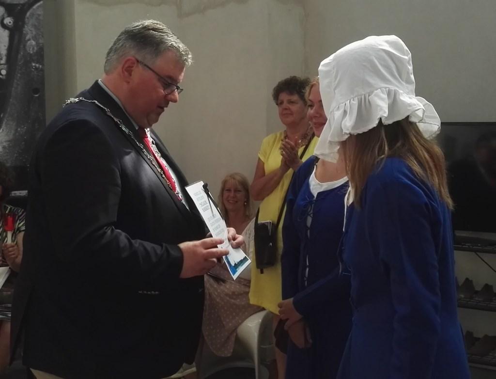 Burgemeester Bruls geeft Mariken gastvrij verblijf. Foto: Monica Boschman © DPG Media