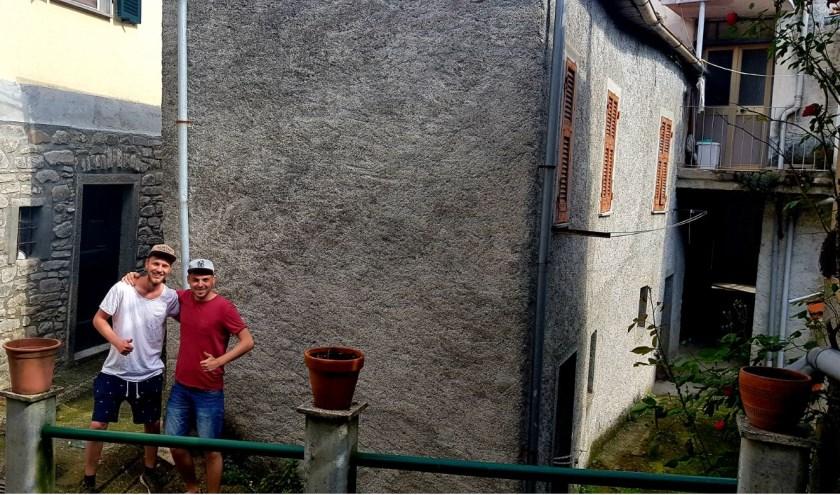 Arnoud en Matthijs voor hun huisje in het Italiaanse dorpje Torrano