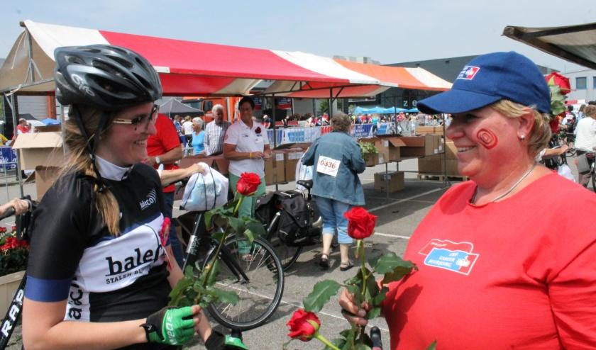 Aan het eind van de Ride for the Roses worden de deelnemers bij de Zeelandhallen ontvangen met een rode roos.